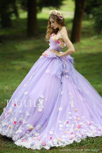 結婚式場に併設している花店の店員です。 ウェディングブーケを作るにあたってお客様と打ち合わせをします。 ブーケの話をする時にカラードレスの写真を見せてもらうのですが、 まだ経験が浅いので、表現...