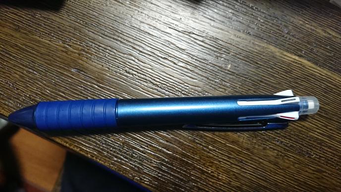 質問です。多機能ボールペンを買ったのですが、シャーペンも付いていました。それは嬉しいのですが、シャーペンの芯をどうやって出し、シャーペンで書くのですか?ノック式ではなかったのですこし困惑しています。シ ャーペンの芯はちゃんと入っています。
