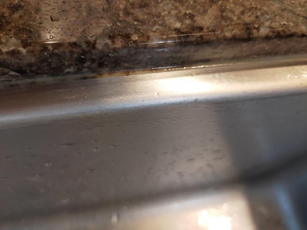 キッチンシンクの縁のカビについて対処方法をおしえて下さい。 人造大理石とシンクの境目がカビてしまいます。シーラーというシリコンみたいな部分です。 漂白剤をつけてもとれません。カビキラーもダメでした。どうすればきれいにできますでしょうか? また、シーラーの部分はdiyで取り替えることはできますか?取り替えを専門家に依頼するといくらぐらいになりますか?