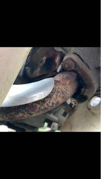 スーパーカブ90 HA02 デカドラムのマフラーが 腐食して取れてしまいました バイク屋さんで聞いたのですが マフラー着ける際のボルトが折れていると エンジン下ろしての作業になるのと 最悪の場合その他にもいろい...