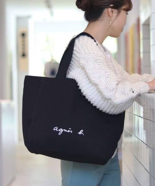 大学生の女です。通学用の布のトートバッグを探しています。布がそこそこ厚めで丈夫なもので、黒か白がいいです。 写真のアニエスベーのトートバッグのように、割と有名なロゴが入っているものを教えてください。 (アニエスベー以外でお願いします)