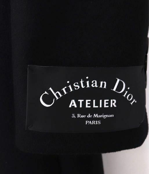 Diorのコートの裾にタグが付いています。 普段は裾にタグがあるものは外していますが、 Diorのコレクションでモデルがタグをつけたままランウェイに出ていました。外さないでいいんですかね?
