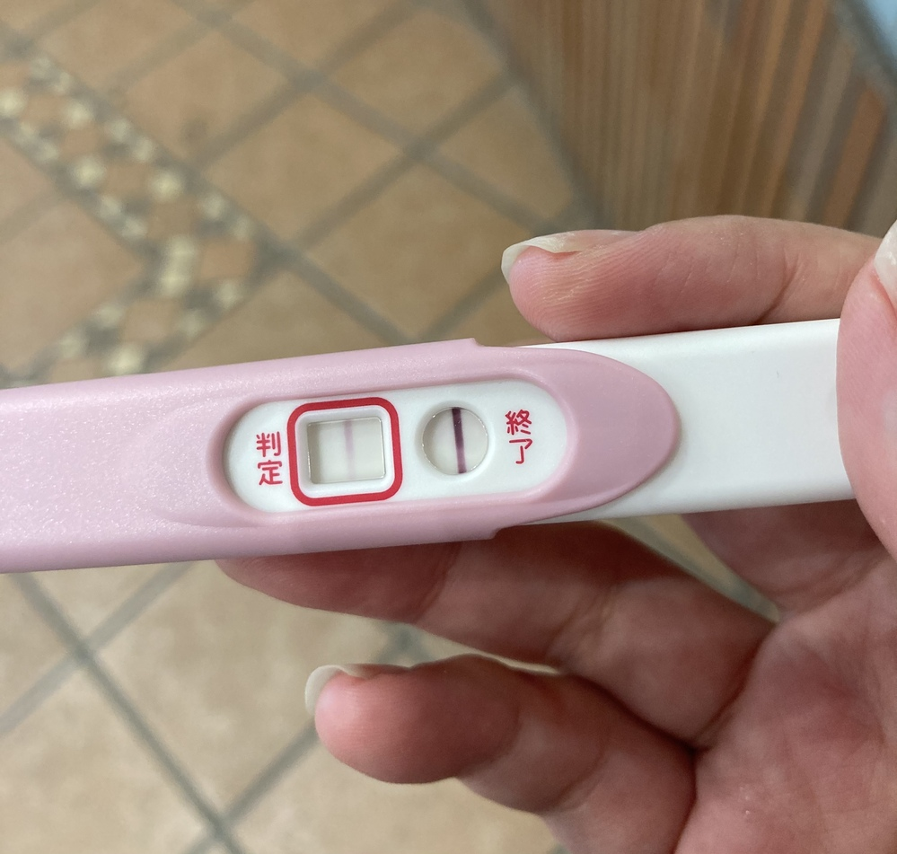 本日生理予定日ですが、数日前からお腹や腰の痛み、気持ち悪さがあり妊娠検査薬で調べたところ陽性反応がありました。 周期は月によってまちまちなのですが、管理アプリ上は1日が排卵日、行為は2日のみです。 画