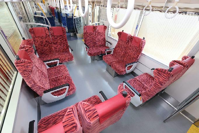 京急新1000形1890番代のL/C座席のデモンストレーションではこんな座席レイアウトも披露されました。実際にこのレイアウトで営業運転するかどうかは分かりませんが、イベント貸切列車などで実現できるといいですか?