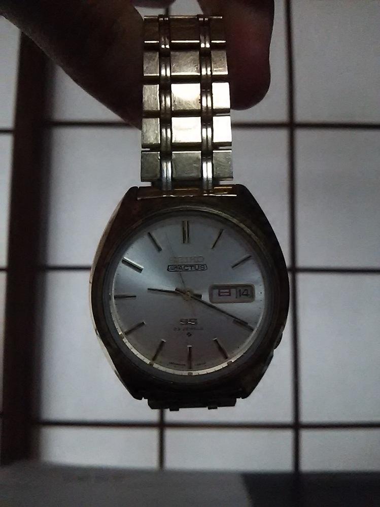 この腕時計について教えてほしいです 「SEIKO SS 23JEWELS」? 腕時計に詳しくなく、いろいろ教えて頂けると嬉しいです。 高級品ではなく普段使いの物みたいです。 品番 中古でいくらくらいになるか パーツとしての価値はあるのか等 写真撮るの下手ですみません