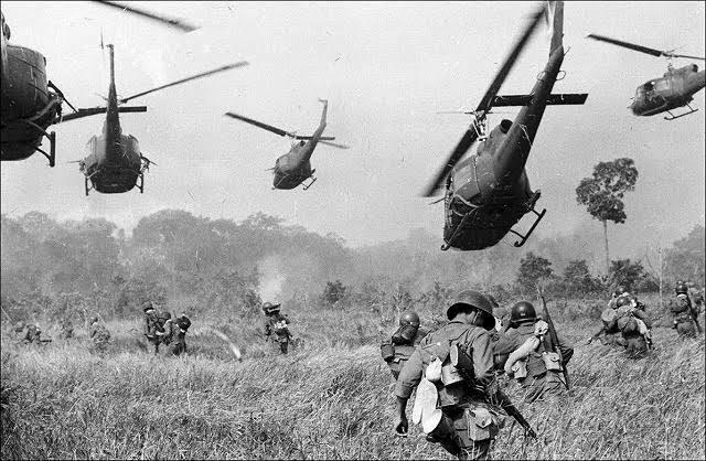 昨日youtubeで歴史の兵器一覧的な動画を見ていたのですが、画像のようにヘリコプターが兵士と一緒にいる画像を見て思ったのですが、 ちょっと語彙力がなくて文字で表せないのですが、まぁ所謂ガンダムのオデッサ作戦みたいな感じで人とMSと61式戦車が並んで戦うみたいなことってあるんですか?