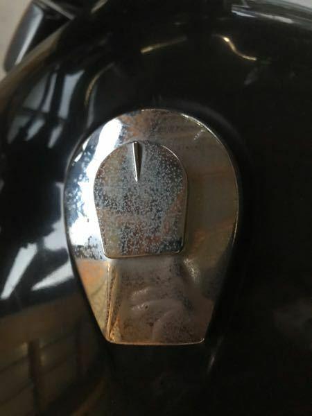 バイクのタンクキャップとハンドルのくすみと錆取り バイクのタンクキャップとハンドルですが、白いくすみと錆のようなものがあります。 以下質問です。 1.タンクキャップとハンドルの材質ですが、アルミでしょうか? 2.くすみや錆を取るのにおすすめの物を教えて下さい。 よろしくお願いします。