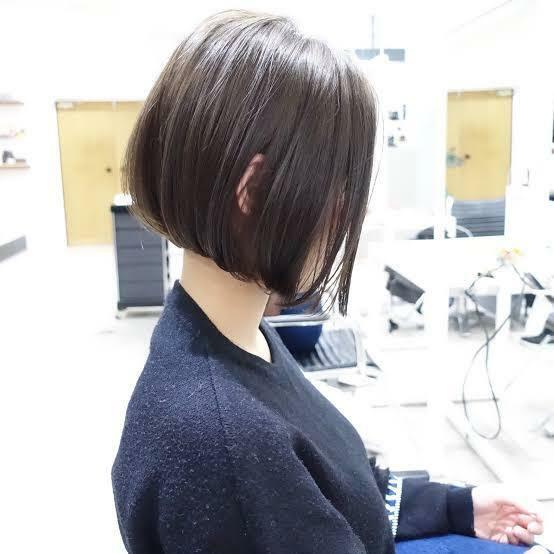 3月くらいに縮毛矯正をかけた者です。 今はセミロングで学校に行く時髪を結ぶのですが、丸顔が目立って嫌なのでボブにしようと 思っています。今は毛先が少し癖が出てきてる状態なんですが、ボブに切った場合写真のような感じになると思いますか?縮毛矯正をかけた髪を切るとまた癖が出てヘルメットみたいになると思いますかね…?