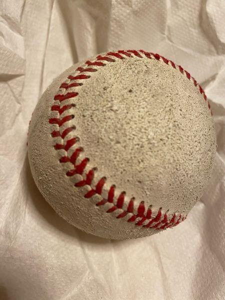 趣味の野球の投手トレーニングで、定期的に球速を測っています。 先日測定時スピードガンが不調だったので、iPhone11のfps?60にて撮った画像を知人に頼み解析ソフトでコマ送り測定してもらい、(マウンドとフェンス位置の都合により)24.3mでの平均速度を求めてもらい、平均最速82.3キロという結果が出たので、 https://keisan.casio.jp/exec/user/1525104054 の計算サイトで初速を求めたところ97〜98キロ弱の数値となりました。 ただ、一個引っかかるのが、使ったボールが画像のようにザラついていたということでありました。 ツバ等をつけることが禁止され、縫い目の向き一つで速度や変化が変わってしまう世界で、 「もし新品のまっさらなボールなら抵抗値が減るのでは? つまり今回実質初速がもっとでているのでは?」 と言う疑問がつきまといます。 まぁ、85から100キロ強の速度域では大した影響はないのかもしれませんが。 実際にはこのくらいの減速率ではないか?等のご意見を伺いたく思います。
