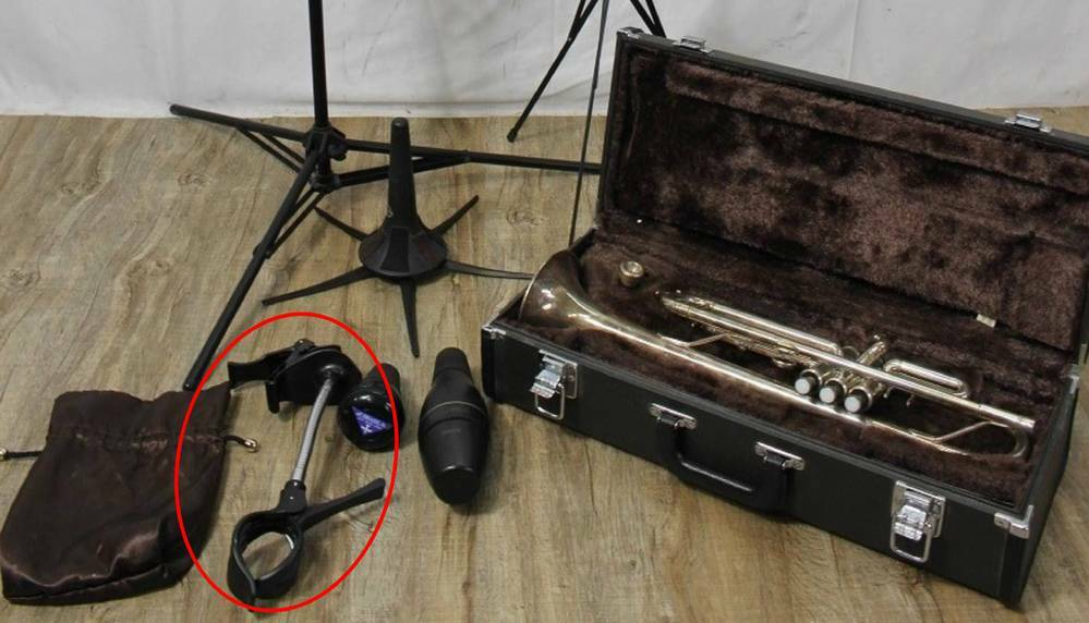 これは何ですか? 楽器関係のグッズ あるオークションで、こんな写真が載っていました。商品説明には特に名前は書かれていません。この赤い長円の中の器具はなんでしょうか? その他は全部分かるのですが