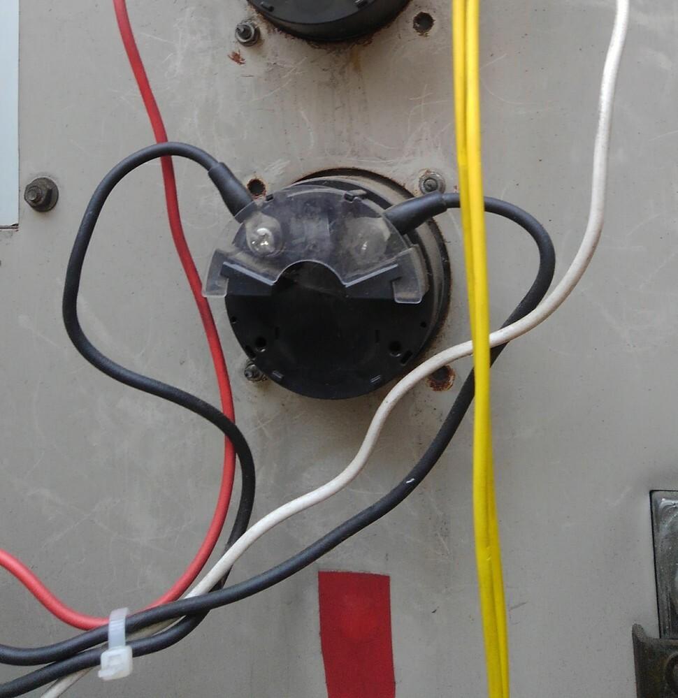 電流計に接続さるてる配線の色がどちらも黒い配線が接続されてます。プラスマイナス関係ないのでしょうか?