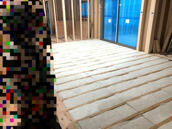 床断熱について詳しい方、教えてください。 現在、床断熱で高性能グラスウール32k(アクリアUボード)80㎜を施工しているのですが、裸のグラスウール?で室内側に防湿シートを貼らずに合板?を貼って塞いでいたのですが大丈夫ですか?