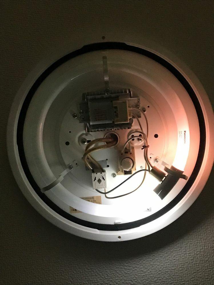 台所のシーリングライトが半分のみしか点灯せず、チカチカしている状態でした。 蛍光灯・グロー球を新調しても同じ現象でした。。。。 何が原因であるか解決策ご存じの方がいらっしゃれば、お知らせいただきたく思います。