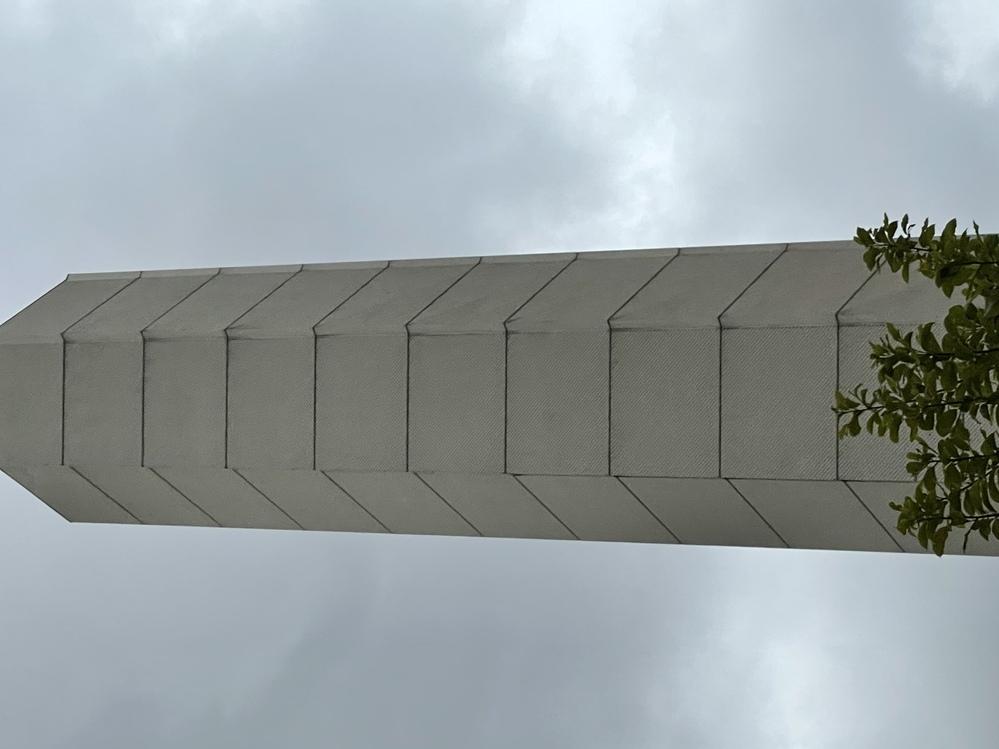 落合駅の車道の間にある大きな柱は何のために作られましたか。