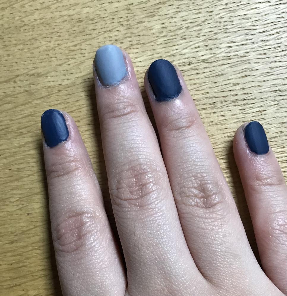 このネイル、肌の色に合ってると思いますか? 日本人に青色は似合わないだろ、と兄妹に言われていたのですが青色が好きで買って試して見ました。初めてのネイルだったのでムラがあるとかはみ出てるとか塗り残...