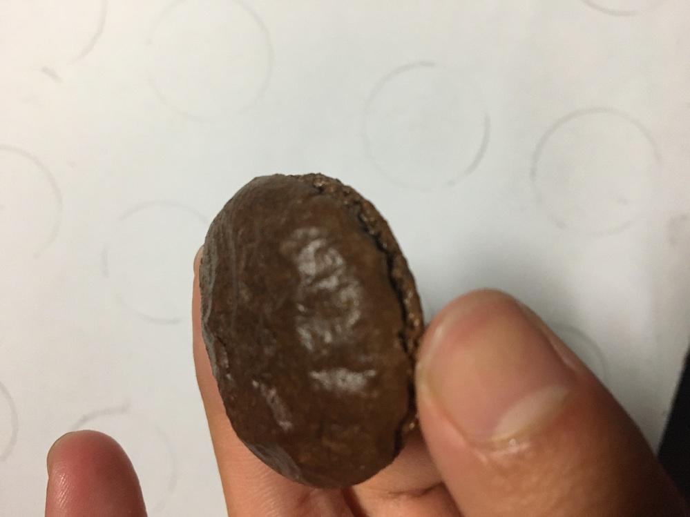 マカロン作り初心者です 今日作ったんですけど、この表面のシワって何が原因ですかね