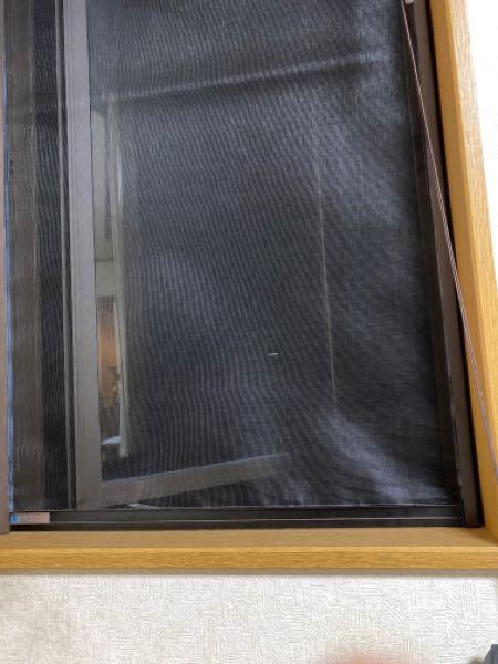 上下スライド網戸の滑りが非常に悪いです。 開けようと上にスライドしようとすると網戸自体がたわんでしまって上がらなくなります。 なにか改善する方法はありますか?