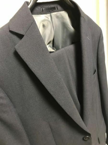 AOKIでスーツを買って裾直しを頼んだのですが、取りに行ったら違うスーツを渡されたような気がします。 なぜ思ったかの理由として 1、裾の長さが合っていないような気がする。 微妙な違いですしAOKIなので正確だとは思いませんが裾にクリップを挟んだ時の長さと違う。 2、色が違う気がする。 購入した時は濃紺を自分の目を見て選びました。ですが渡されたのは黒に見えます。購入したのが何日か前なので...