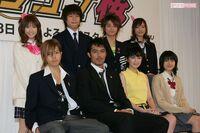 女子高生の靴下事情 もうすぐTBSでは阿部寛さんのドラマ「ドラゴン桜」が始まるが前回のこのドラマは2005年7月~9月放送で当時の女子高生達は白のルーズソックスから紺色ソックスへの過度期だったんでしょうか?  前回のドラマの時はJKだった長澤まさみちゃんと新垣結衣ちゃんが紺色ソックスで 紗栄子ちゃんが白のルーズソックスだった。  この時の生徒で言えば山下智久さんも居たが山下さんはこ...