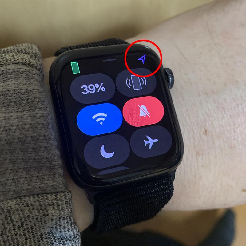 アップルウォッチの位置情報の矢印が出ていなかったのに急に出るようになって消えなくなりました。 これはどういう状況なんでしょうか? また消す方法がありますか?