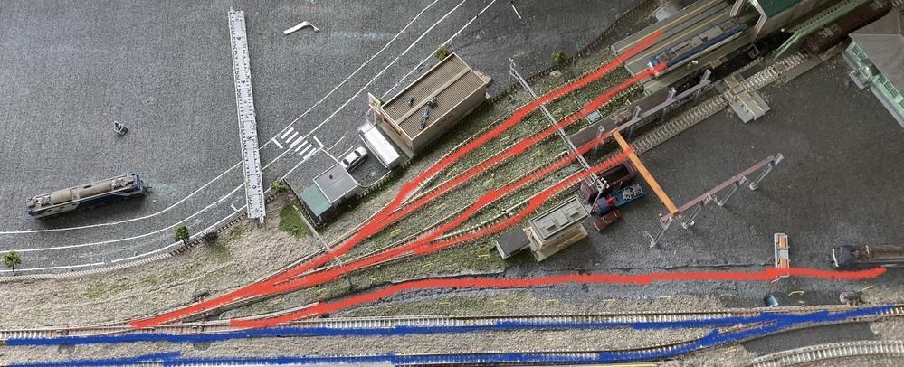 Nゲージのレールについて、通電しない部分がかるので、教えてください。 写真の青い部分は通電しているんですが、赤い部分に行こうと、ポイントを切り替えると動かなくなります。 通電しているポイントを赤い部分と入れ替えても動かなくなります。 昨日までは動いていたのですが、何か原因になるような事ってありますか?