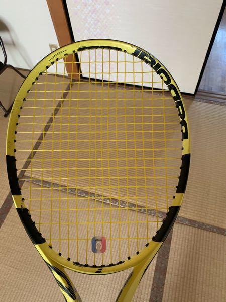 テニスラケットのガットがこんな風になってるんですが そろそろ変えたほうがいいでしょうか?