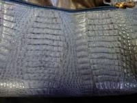 ワニ革の鞄? 叔母から昔買ったが、使わなくてずっとしまっていたのを見つけたのでと鞄をもらいました。 ワニ革と言うことですがワニ革も種類があるそうですがなんという種類のワニ革何でしょうか?