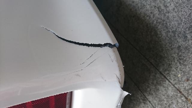 車の後ろをぶつけてしまいました。 簡単に安く自分で直せる方法はどんなものがあるでしょうか? アドバイスください。お願いいたします