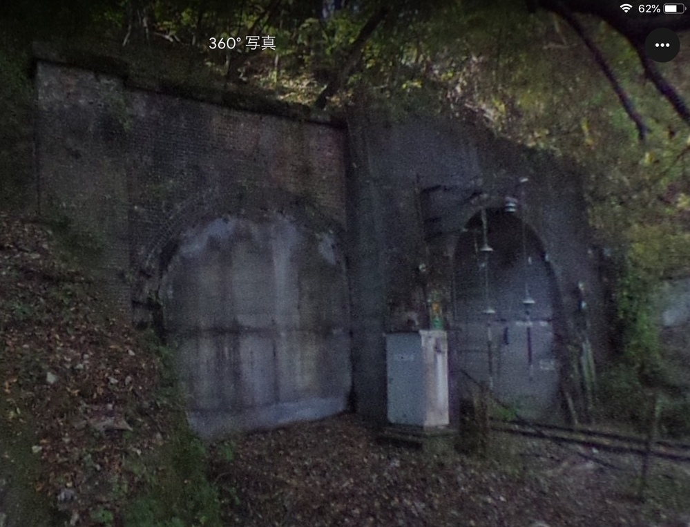 旧信越本線の横軽区間をGoogle earthで確認したところ、熊ノ平信号場から数個軽井沢側のトンネルで、 旧線のトンネルが新線のトンネルに少しめり込む形で並んでいる所があるのですが、このトンネルの中で旧線のルートと新線のルートが合流しているのですか?