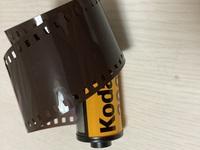 フィルムカメラ初心者なのですが、フィルムの缶からフィルム本体をたくさん出してしまいました。 全部出たわけではないのですが、もうこのフイルムは使えないでしょうか?