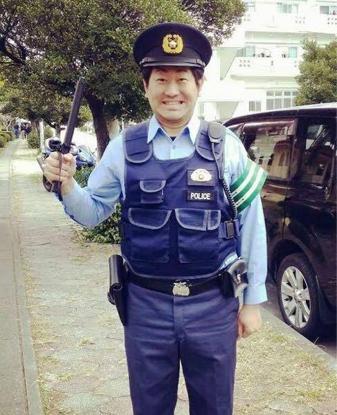 警察官って腕章を針でつけてないですよね。何かで釣ってるのですか?