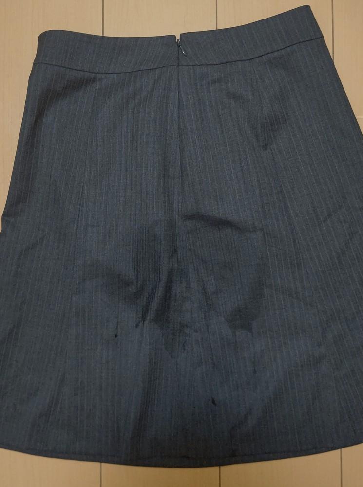 新人研修でスーツのスカートのまま防災訓練の一環で地面に座らされました。これって普通ですか。 地面が湿って、汚れが染み付いてしまいました。
