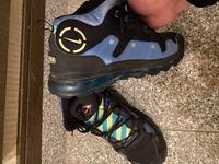 友人から貰った靴でこの靴の名前がわかりません。この靴の名前をわかる方がいましたら 教えて欲しいです。