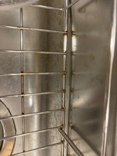 シンク錆びについて 新居に入居して2ヶ月です。 ダイソーで購入したシンクラックが1週間ほどでサビっサビになってびっくりしたのですが、その時はダイソーの商品だしな…と思っていました。 洗った後の鍋...