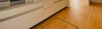 フロアタイルを張り替えするにあたって、市販のはめ込みタイプのフロアタイルを使用したいのですがキッチンにある床下収納の枠がついてるのは貼るのが困難ですよね?床下収納は使わない程で上からはめ込み式を敷くし かないですか? シールタイプや粘着タイプは後々大変なので使用したくありません。