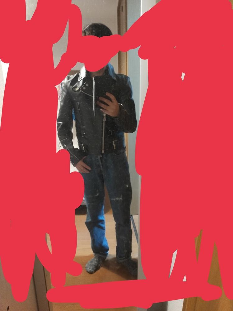 レザージャケットのサイズ感についてのしつもんです。 レザージャケットを購入したのですが、着てみると少し大きいような気がしてこのまま着て変ではないかと心配しております。 皆さん画像見てどう思いますか?