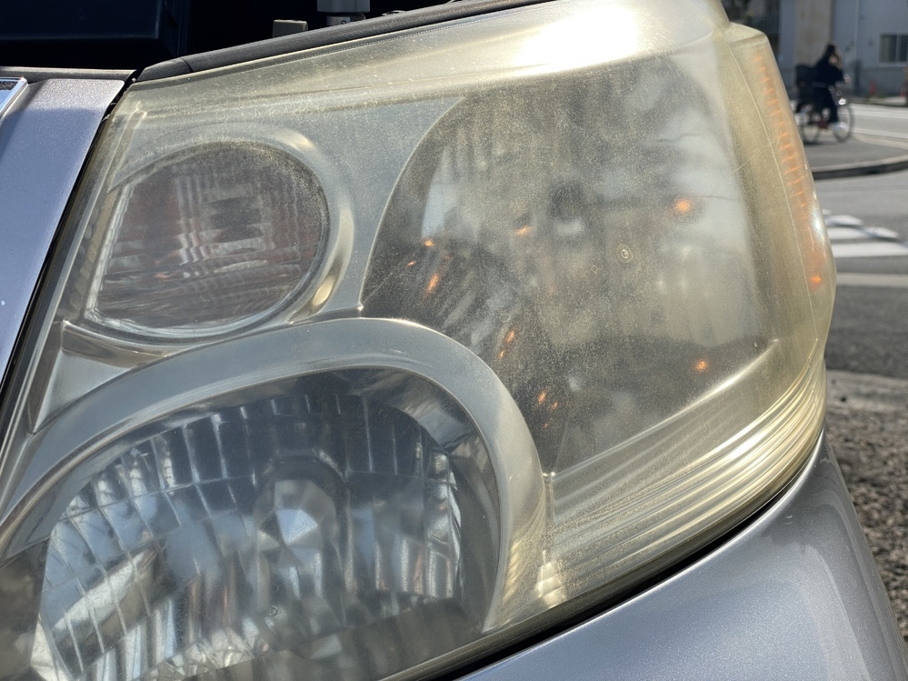 ヘッドライトの黄ばみくすみ等についてです。このようにかなり酷い状態なのですが、磨けば取れるものなのでしょうか?