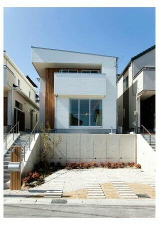 現在土地を購入しようとしています。 高低差があり、擁壁工事が必要なのですが、ハウスメーカーに聞いたところ500万円〜700万円と言われました。 高さ2,3m、横幅13,5mになります。実際そのぐらいの値段なんでしょうか? 駐車場と建物まで上がる階段を含めると値段はどのぐらいになるのでしょうか? (イメージ画像を貼っておきます) 又、隣人との境目に擁壁は必要なんでしょうか? (隣人との高さは...