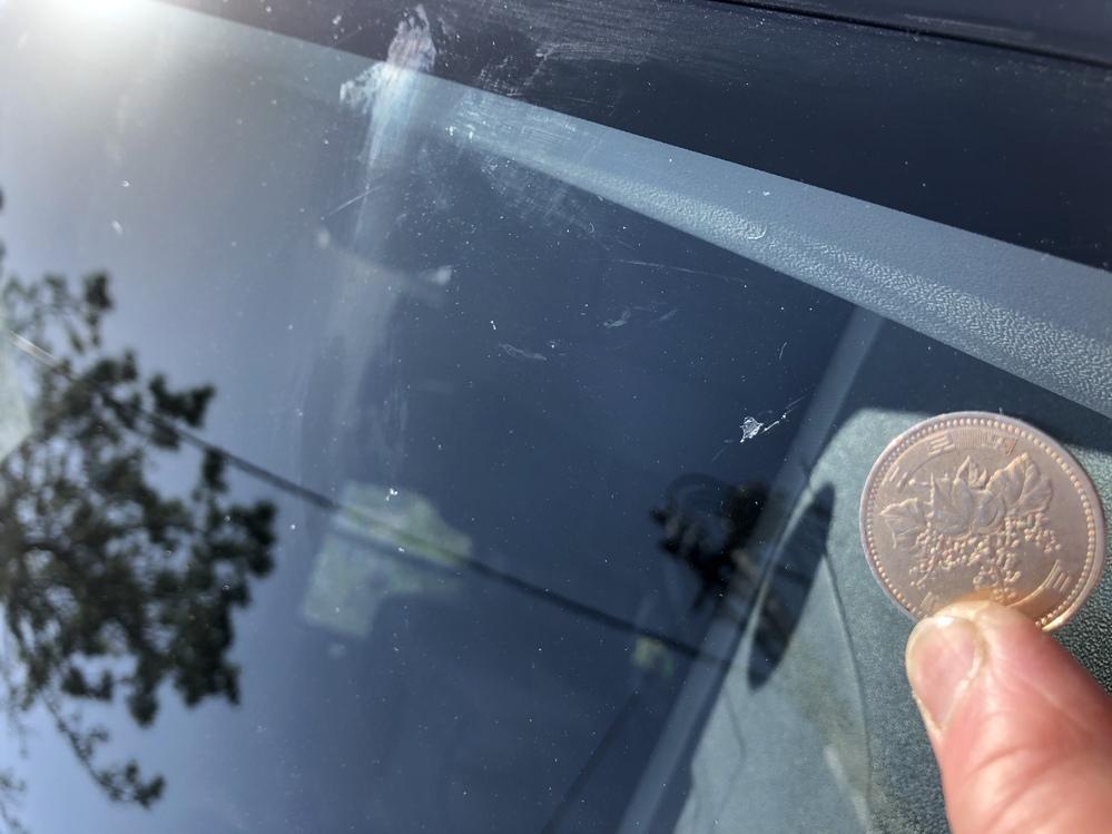 車のフロントガラスを自分でリペアしましたが、最初に傷跡を余り掘らないで、補修剤を入れてしまい、中のヒビが完全には消えませんでした。 もう一度ミニルーターを使い、もう少し深く穴を開けて、補修剤を入れようと思うのですが、そもそも、車のフロントガラスに小さな穴を掘っても大丈夫なのでしょうか? いきなりバリっと割れたりしないのでしょうか? どなたか、詳しい方教えて下さい。