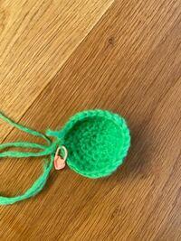 かぎばり編み初心者です。 円状に広げていく基礎を編んでいる最中なのですが、 写真のようにクルンと立ち上がってしまいます。 コースターのようにペタンとしたものを作りたいのですが、これは何が原因ですか? 増し目がおかしいのでしょうか?