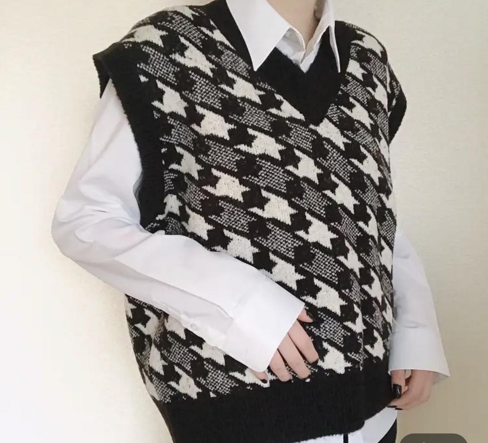 私服で着るようなニットベストの下に着用するシャツって学校用のYシャツとは違いますか?(写真参考)また、違う場合どこに売ってますか?