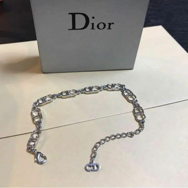 至急です! こちらのDiorのブレスレットは偽物でしょうか?? とてもデザインが可愛くて一目惚れなのですが、7500はさすがに安いと思ってしまい詳しい方にお尋ねしたいです(◞‸◟ㆀ)
