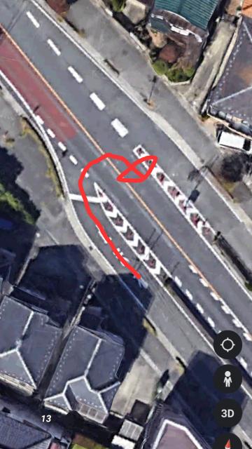 このような道路で赤の矢印のように行くことは可能ですか? 又、この動きがUターンなのか右折なのか、そしてこのふたつの場合がイエローのセンターラインを超えるのは違反なのかも教えてください。 よろしくお願いします。