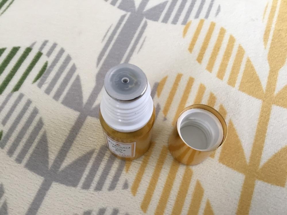 フラゴナールの古い香水なのですが中栓の開封方法がわかりません。 ご存知の方、よろしくお願いします。