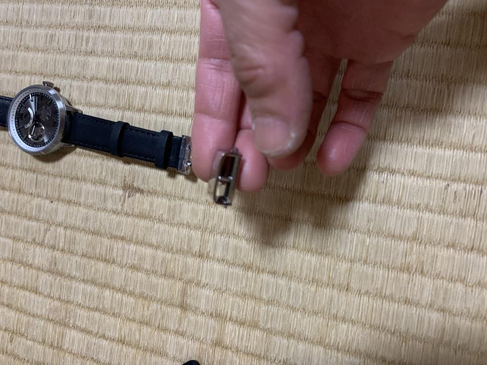 腕時計ハンティングワールドHW501の装着の仕方がわかりません。どなたかご存知のかた、教えてください!