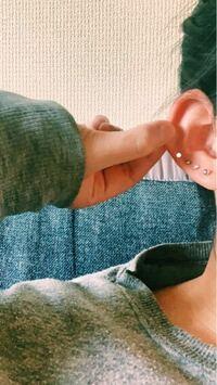 白い点を打ったあたりにピアスを開けようとしてるんですが、ここの位置だともう軟骨ですよね…?? あと、これ左耳なんですが左耳4連で右耳1個しか空いてかなったら変ですか??