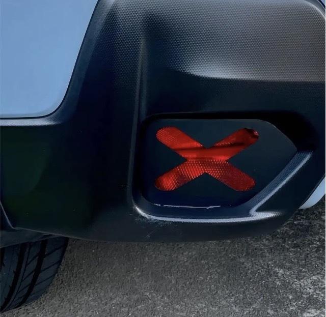 スバルXVのリフレクターに×のステッカーを貼りたいのですが、車検は通る事は分かったのですが、 警察に違反で捕まらないかどうか教えてほしいです。