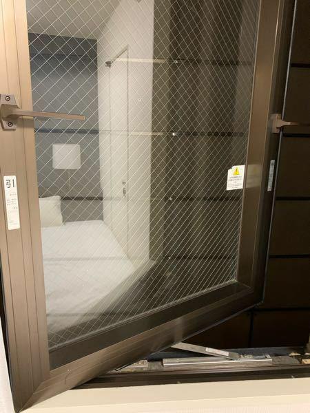 このビジネスホテルの窓ってどうやって閉めたらいいんですか?