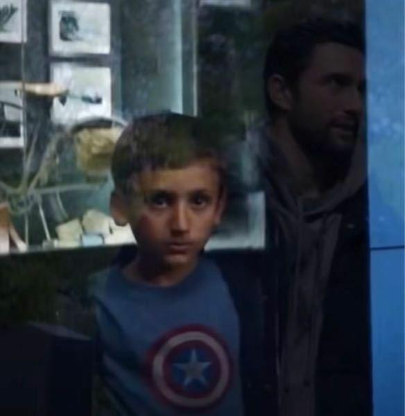 ファルコン&ウィンターソルジャーのネタバレ有り 過去にキャプテン・アメリカが少年にニコッとしたシーンで映ってたこの少年がファルコン&ウィンターソルジャーで2代目キャプテン・アメリカが盾で殺したフラッグスマッシャーズの男の人なのですか?