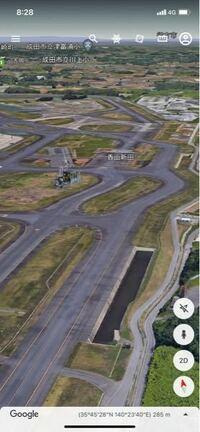 成田空港の写真の場所の滑走路はなぜ曲がっているのですか?